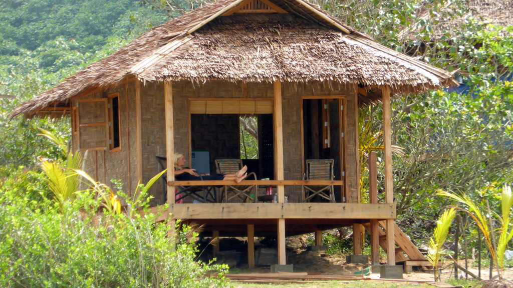 Bungalows sinhtauk beach bungalows in myanmar dawei launglon - What is a bungalow ...